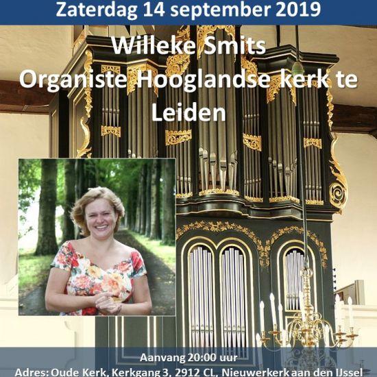 Willeke Smits bespeelt het orgel in de Oude Kerk