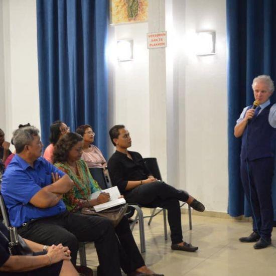 Leen Koster ontvangt Award in Suriname